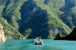 ferry du lac Komani
