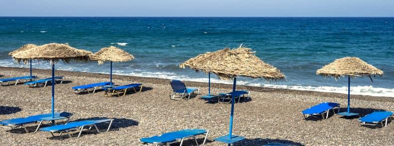 plaja kamari in santorini grecia
